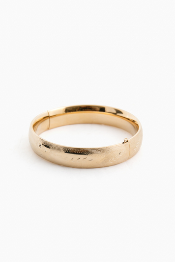 14k yellow gold classic etched floral bangle (.53w)